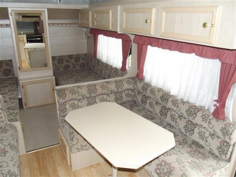 SN1658  2002,RoadStar 17' F/kitchen, Island/bed,